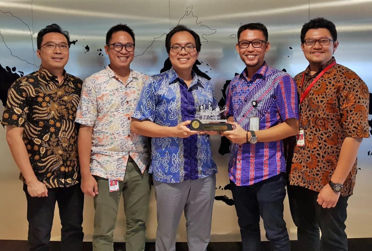5 men posing with trophy